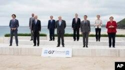 七國集團領導人在英國康沃爾出席峰會時合影。(2021年6月11日)