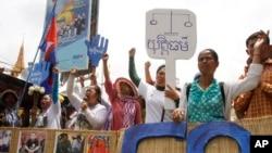 Những người ủng hộ các nhà hoạt động tụ họp gần tòa án ở Phnom Penh yêu cầu trả tự do cho những người biểu tình bị bắt, 6/5/14