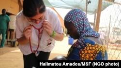 Dr. Roberta Petrucci examine à Niamey, Niger. (Photo non datée)