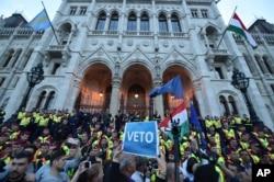 匈牙利的一项立法出台以后,人们聚集到了位于匈牙利首都布达佩斯的议会大楼外示威抗议。