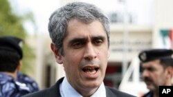 人权观察组织的萨默尔·马斯卡提11月27号在阿布扎比的高等法院外接受媒体访问