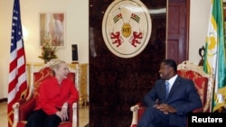 Sakatariyar harkokin wajen Amurka Hillary Clinton take ganawa da shugaban Togo Faure Gnassingbe, a fadar shugaban kasar.