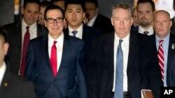 지난 2월 중국을 방문한 스티븐 므누신 미 재무장관(왼쪽)과 로버트 라이트하이저 미 무역대표부 대표.