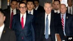 중국을 방문한 스티븐 므누신 미 재무장관(왼쪽)과 로버트 라이트하이저 미 무역대표부 대표가15일 협상을 위해 베이징 숙소를 떠나고 있다.
