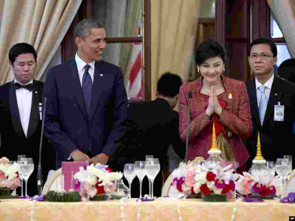 US President Barack Obama, second left, and Thai Prime Minister Yingluck Shinawatra, second right, arrive for an official dinner at Government House in Bangkok, Thailand, November 18, 2012.