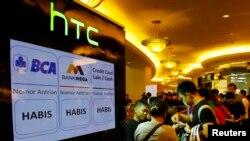 Orang-orang mengantre untuk membeli ponsel HTC One pada hari pertama penjualannya di Mal Taman Anggrek, Juni 2013. (Reuters/Beawiharta)