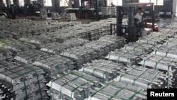 중국 구이저우성 안순시의 한 공장에서 직원이 지게차를 이용해 알루미늄 괴를 나르고 있다. (자료사진)