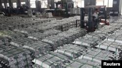 在中国贵州省安顺的一家工厂, 一名工人驾驶叉车运输铝条。(2013年7月1日)