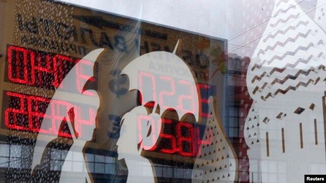 تابلویی که نرخ خرید و فروش ارز در یک فروشگاه در مسکو را نشان می دهد