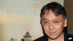 """Penulis Kazuo Ishiguro menghadiri pemutaran khusus """"Never Let Me Go"""" di New York, 14 September 2010. (Foto: dok). Hadiah Nobel untuk Sastra tahun 2017 telah diberikan kepada novelis Inggris Kazuo Ishiguro, diumumkan pada hari Kamis, 5 Oktober 2017."""