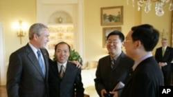美国前总统小布什2006年在白宫会晤中国基督徒李柏光,王怡和余杰(从左至右)