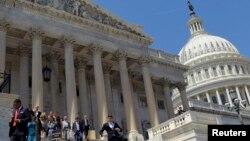 美國國會議員會後離開國會大樓(資料照片)