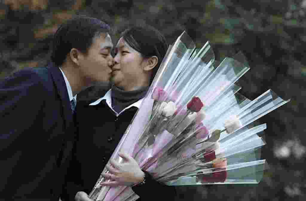 Chung Chen-han (kiri), 28, mengecup Tsai Yong-chen, 27, setelah ia menerima lamaran pernikahannya pada hari Valentine di Taipei, Taiwan, 14 Februari (REUTERS).