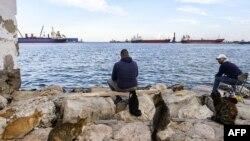 Des hommes pêchent au port de Sousse, à environ 140 kilomètres au sud de la capitale tunisienne, le 26 novembre 2020.