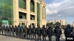 Polis MSK-nın qarşısını mühasirəyə alıb