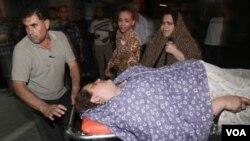 Seorang wanita Palestina yang terluka akibat serangan Israel di Gaza segera dilarikan ke rumah sakit (15/8)