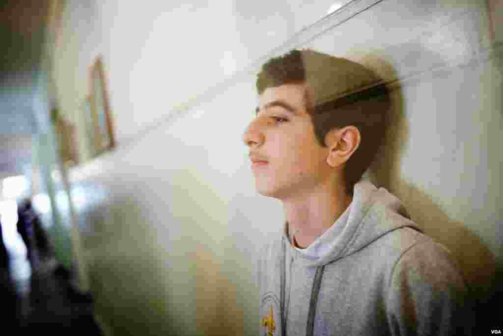 Aren Kurumliyan, 15, Ermənistanda məktəb düşərgəsinə getmək üçün Hələbi tərk etmişdi. Doqquz ay sonra ailəsi ilə birlikdə o, Yerevanda yaşayır. 20 fevral, 2013. (V. Undritz/Amerikanın Səsi)