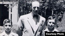 Ben Stonehill and his sons, Lenox Lee Stonehill (L), Bobby Stonehill (R), New York, ca. 1948. (Courtesy - Lennox Stonehill and the United States Holocaust Memorial Museum)