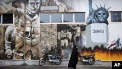 2일 이란 테헤란의 구 미국 대사관 건물 벽에 미국을 비난하는 낙서가 그려져 있다.