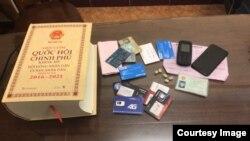 Vật chứng thu giữ được trong vụ bắt giữ hai người gửi tin nhắn đe dọa tống tiền các đại biểu Quốc hội Việt Nam. (Ảnh chụp màn hình Báo điện tử Bộ Công An)