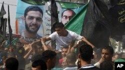 Mantan pemain timnas Palestina, Mahmoud Sarsak, disambut meriah setibanya di rumahnya di Rafah, Jalur Gaza selatan Selasa (10/7).