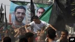 Mantan pemain timnas Palestina, Mahmoud Sarsak (kaus putih) disambut meriah setibanya di rumahnya di Rafah, Jalur Gaza selatan Selasa (10/7).