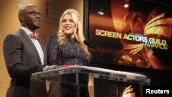 Aktor Taye Diggs (kiri) dan Busy Philipps mengumumkan para peraih nominasi untuk aktor dan artis berpenampilan terbaik SAG Awards (Screen Actors Guild Awards) di West Hollywood, Kalifornia (12/12).