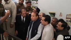 سابق وزیرِ اعظم نواز شریف لاہور کی ایک احتساب عدالت میں اپنی سماعت کے موقع پر۔ (فائل فوٹو)