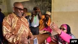 Le président des Comores, Azali Assoumani, arrive à un bureau de vote lors du référendum constitutionnel, à Mitsoudje, près de Moroni, Comores, le 30 juillet 2018. (TONY KARUMBA / AFP)
