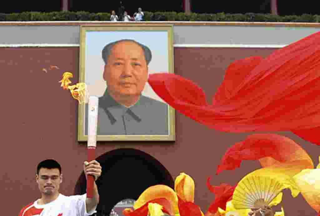Yao Ming sosteniendo la antorcha en la Puerta de Tiananmen, durante los Juegos Olímpicos de Beijing 2008.