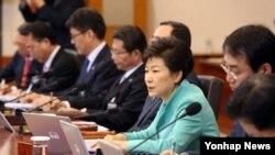 18일 청와대에서 열린 국무회의에서 박근혜 한국 대통령이 발언하고 있다.