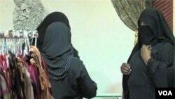 Perempuan Arab Saudi mulai tahun ini diizinkan bekerja di toko-toko pakaian dalam perempuan.