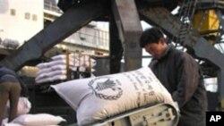 2005년 남포항을 통해 북한으로 들어오는 세계식량기구 지원식량 (자료사진)