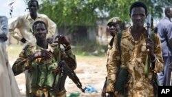 Des soldats de l'armée gouvernementale en patrouille dans le village de Bentiu, Soudan du Sud, 24 juin 2015