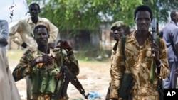 Des soldats de l'armée gouvernementale sud-soudanaise patrouillent à Bentui, Souda du Sud, 24 juin 2015.