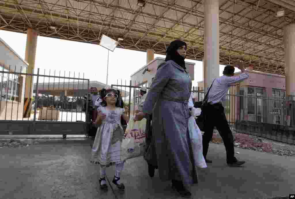 지난달 30일 시리아 난민들이 터키 국경지역 검문소를 통과하고 있다.