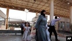یک زن آواره سوری در مرز ترکیه