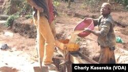 Des creuseurs artisanaux recherchent des minerais dans un site au Nord-Kivu, 2015. (VOA/Charly Kasereka)