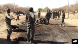 Soldats maliens près de l'aéroport de Tombouctou après une attaque suicide le 21 mars 2013.