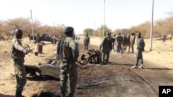 Pasukan Mali siaga di kota Timbuktu, Mali (foto: dok). Pasukan Mali dan militan Islam kembali bentrok di Timbuktu hari Minggu 31/3.
