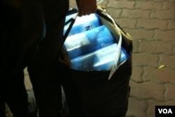 很多水貨客都攜帶新的紙盒裝奶粉