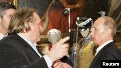 Aktor ternama Perancis, Gerard Depardieu (kiri) memperoleh kewarganegaraan Rusia dari Presiden Vladimir Putin, Sabtu 5/1 (foto: dok).