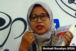 Masthuriyah Sa'dan dan buku Santri Waria, seluruh hasil penjualan buku disumbangkan untuk PP Waria Al-Fatah Yogyakarta. (Foto: VOA/Nurhadi Sucahyo)