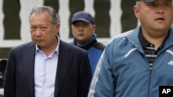 Bakiyev hukumatdan ag'darilganidan keyin, Jalol-Oboddagi matbuot anjumanida. 13-aprel, 2010-yil.