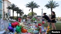 Hommage aux victimes de la boîte de nuit Pulse, Orlando, Floride, le 14 juin 2016. (REUTERS/Jim Young )