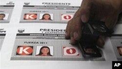 秘鲁一名印刷工人检查选票