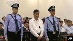 Ông Bạc Hy Lai đứng trước tòa án tỉnh Sơn Đông, Trung Quốc, ngày 22/8/2013.