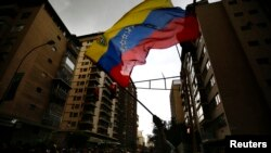 El gobierno de Venezuela expulsó a tres funcionarios y arrestó al líder de la oposición Leopoldo López. EE.UU. le advierte que no se quedará sin tomar acción.