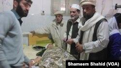 人们开始为白沙瓦学校袭击中的遇难者举行葬礼