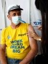 Algunos países ya están aplicando una tercera dosis de la vacuna contra el COVID-19 a toda la población. En la foto, un hombre en Israel recibe una inyección de refuerzo el 30 de agosto de 2021.